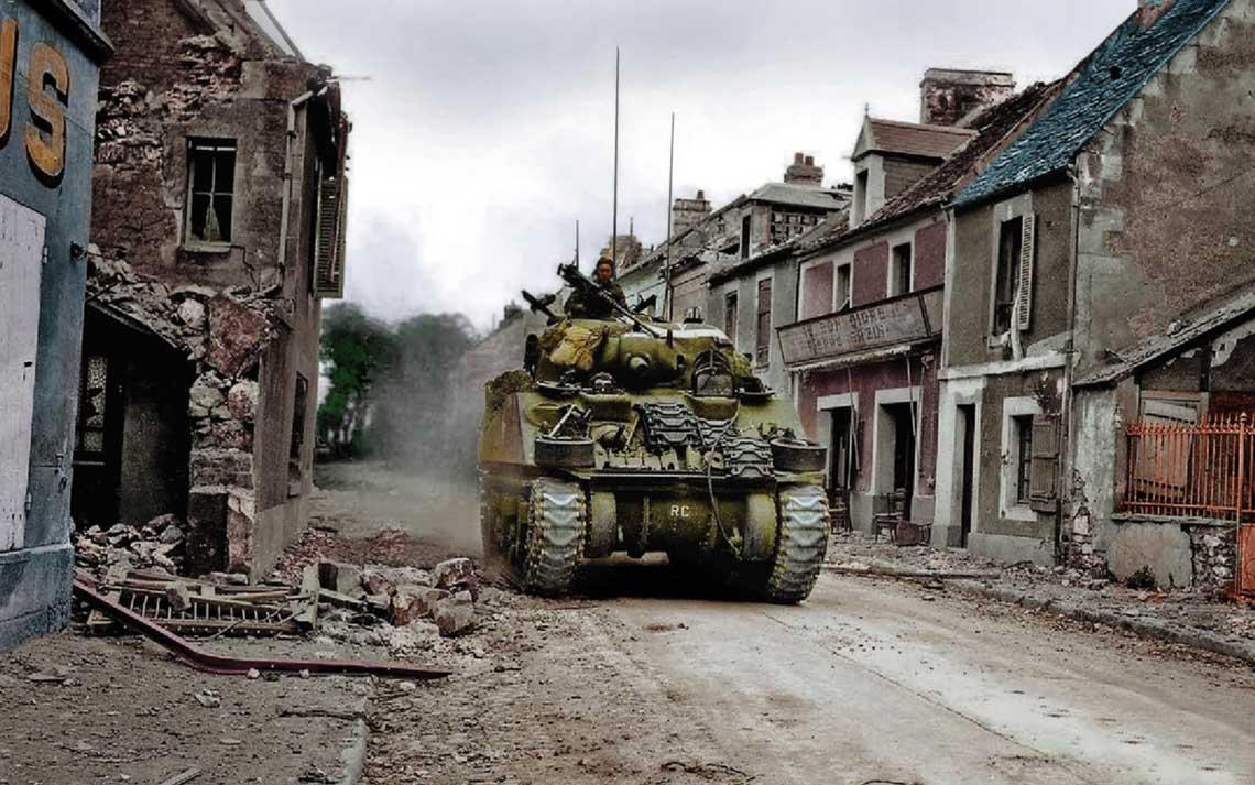 Kanadyjskie czolgi w Caen. Miasto to mialo byc zdobyte pierwszego dnia alianckiej inwazji w Normandii, 6 czerwca 1944 r., a tymczasem lewobrzezne Caen zajeto dopiero 19 lipca, a prawobrzezna czesc miasta – jeszcze pozniej.