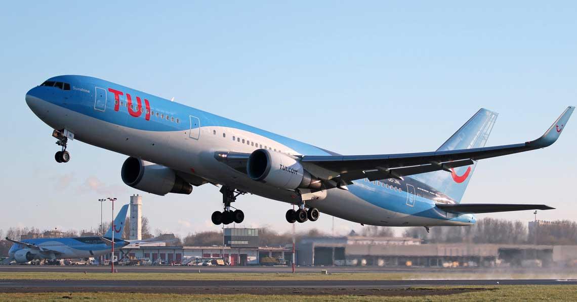 Cywilny transport lotniczy stanowi dynamiczny element współczesnych gospodarek krajowych i gospodarki swiatowej. Wspierajac szybka mozliwosc przemieszczania sie ludzi i transportu towarow przyczynia sie do rozwoju konsumpcji, przemyslu, turystyki a w efekcie urbanizacji krajow i kontynentow. Fot. TUI