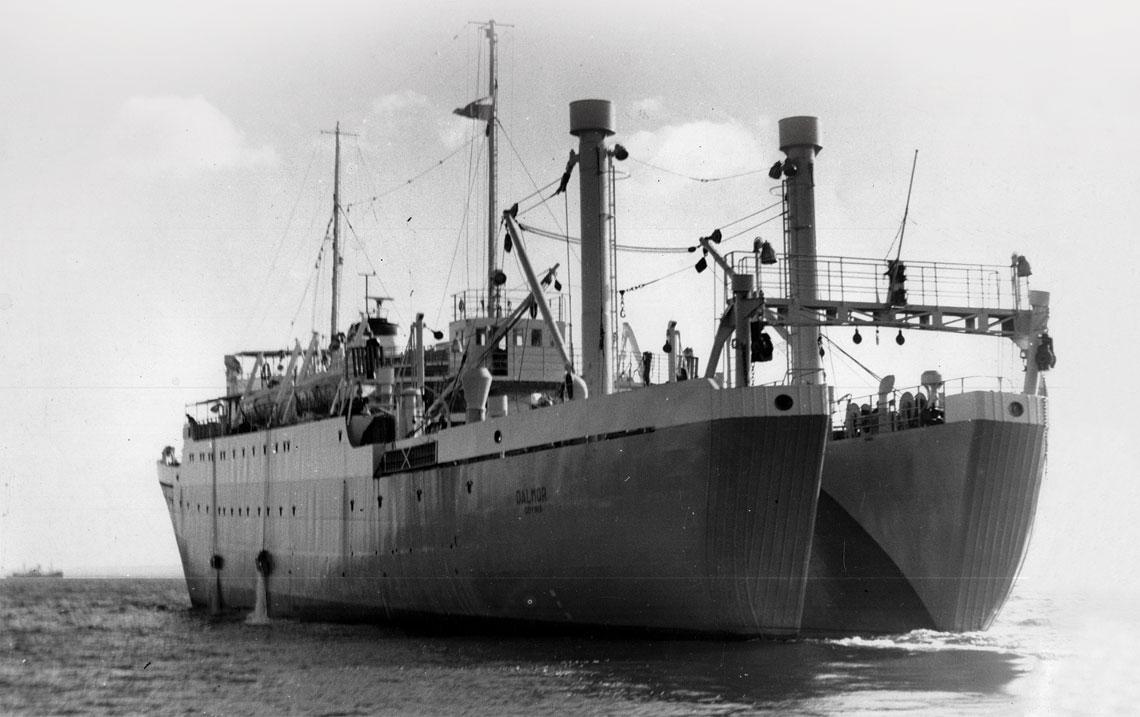 Trawler-przetwornia Dalmor na morzu.