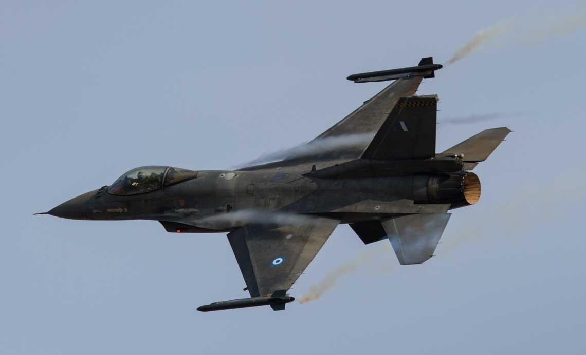 Grecki samolot mysliwski F-16C Block 30 w manewrze podczas symulowanej walki powietrznej z mysliwcem Mirage 2000EGM.