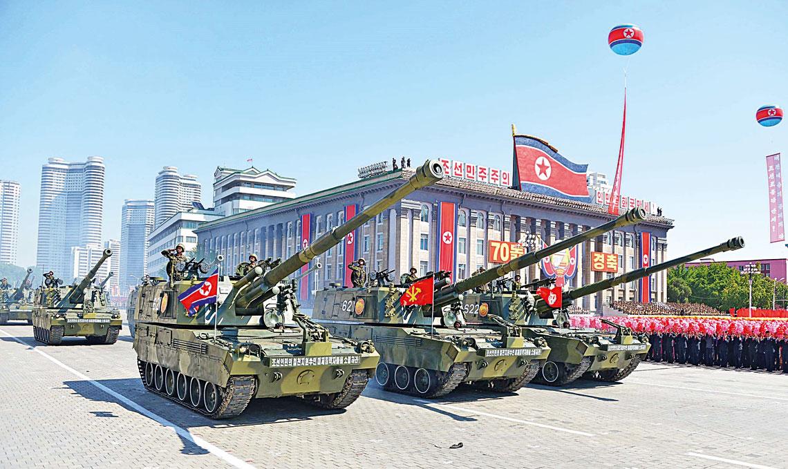 Nowe 152 mm armatohaubice samobiezne na podwoziu gasienicowym, ktore zostaly po raz pierwszy zaprezentowane 9 wrzesnia podczas defilady z okazji 70. rocznicy proklamowania KRLD.