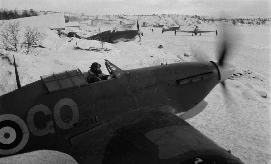 Mysliwce Hawker Hurricane Mk IIB ze 134. Sqn RAF szykuja sie do startu z Wajengi. Zwraca uwage tropikalny filtr powietrza do silnika (widoczny pod dziobem samolotu), w ktore byly wyposazone wszystkie samoloty Force Benedict.