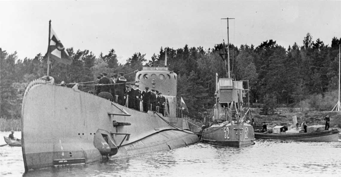 ORP Sep internowany w Szwecji. Przy burcie polskiego okretu  zacumowano patrolowiec V 52 (w latach 1909-1928 Pollux,  klasyfikowany wowczas jako torpedowiec I klasy, 105 t, 39,0x4,4x 2,7 m, 23-24 w., 2x 57 mm, 2 wyrzutnie torped kal. 450 mm prawdopodobnie juz zdjeto). Jednostke wycofano w 1940 r.  Fot. Sjöhistoriska museet