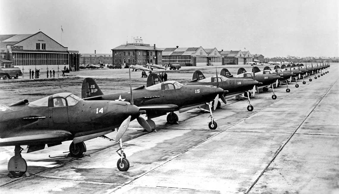 Samoloty P-39C z 31st Pursuit Group w bazie Selfridge Field w Michigan, poczatek 1941 r. P-39C byla pierwsza seryjna wersja Airacobry, a 31. PG pierwsza grupa USAAC wyposazona w te mysliwce.