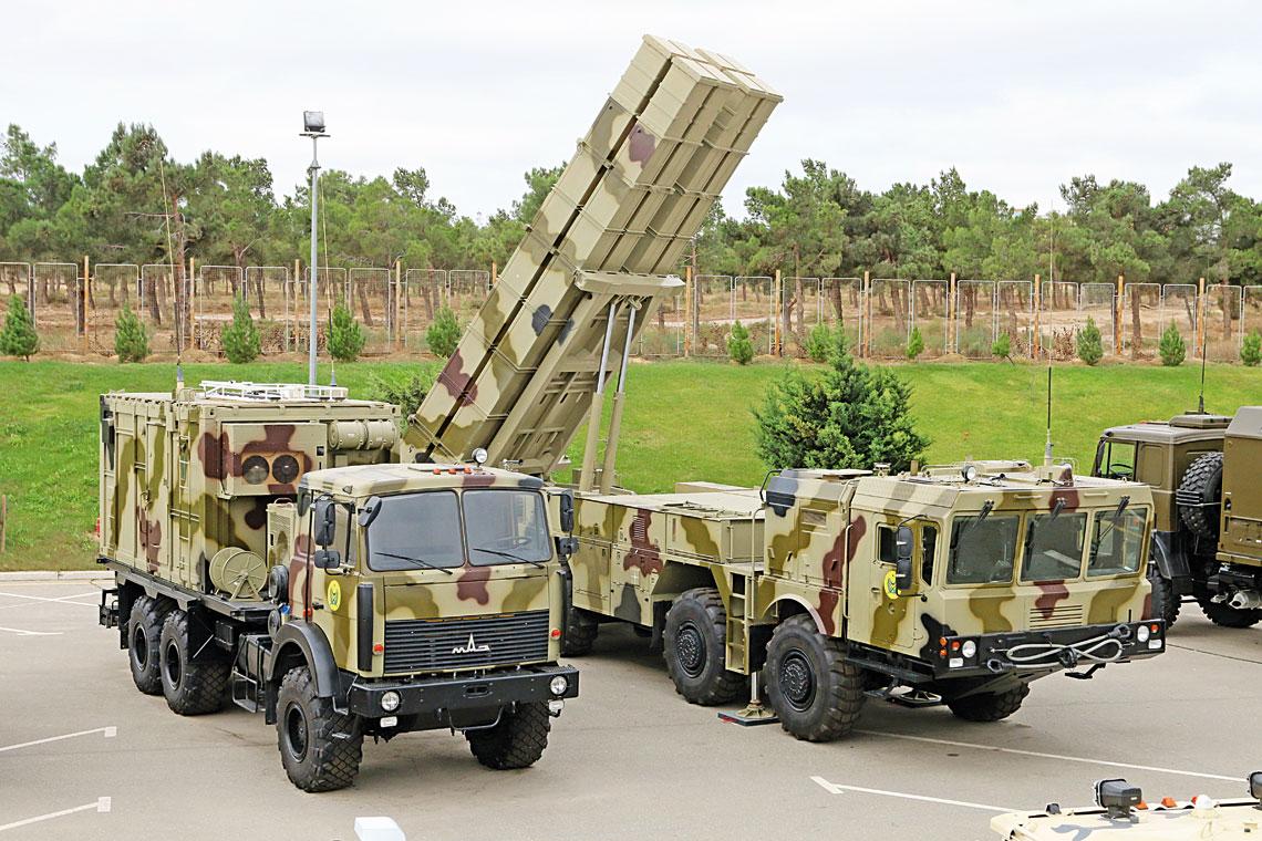 Elementy systemu rakietowego Polonez w barwach Sil Zbrojnych Republiki Azerbejdzanu. Po lewej woz dowodzenia MBU, po prawej wyrzutnia-woz bojowy BM z podniesionym pakietem pojemnikow transportowo-startowych rakiet.