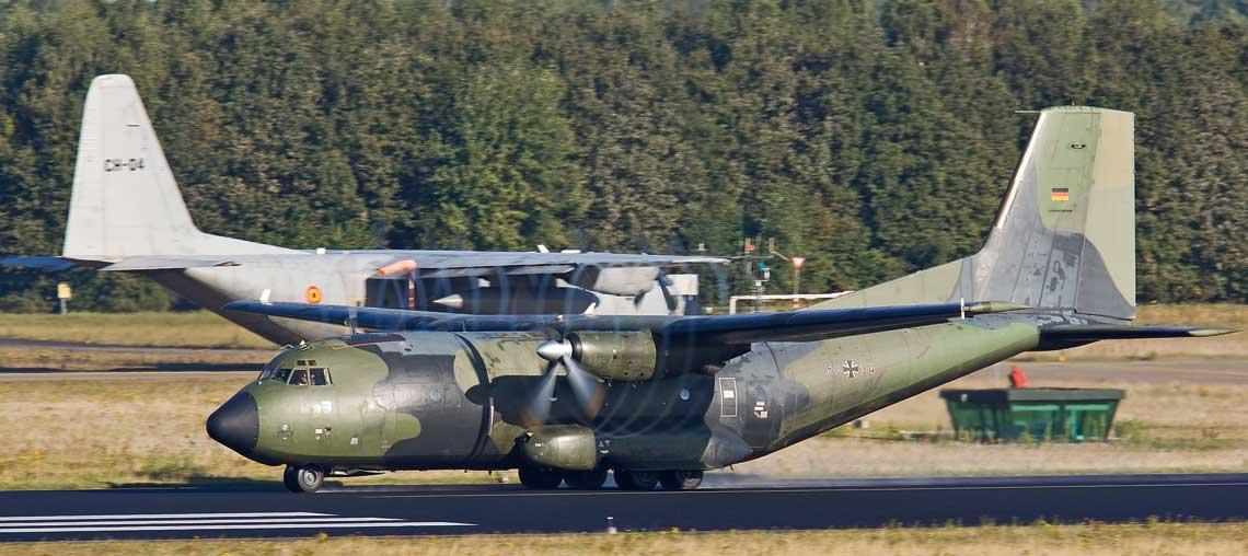C-130 i C-160: dwaj weterani floty EATC sfotografowani na lotnisku w Eindhoven: belgijski C-130H i niemiecki C-160D. Fot. Mike Schoenmaker