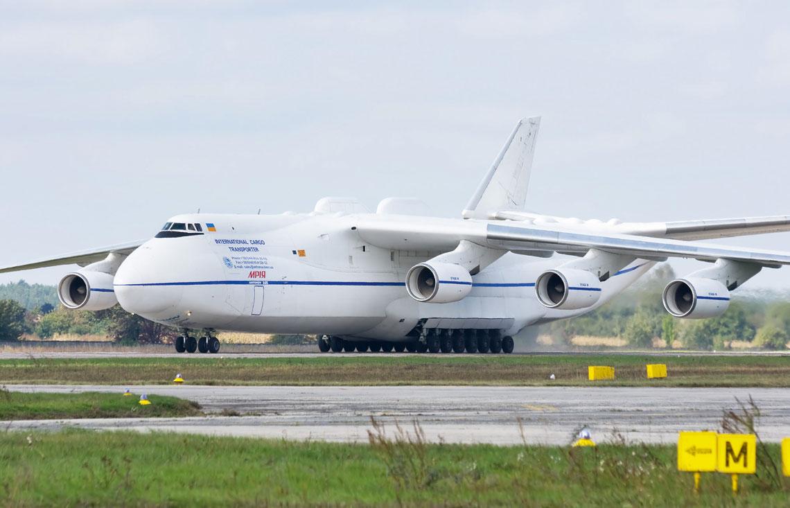 Najwiekszy samolot swiata Antonow An-225 Mrija dysponuje masa startowa 640 t i zabiera na poklad ladunki wazace do 250 t. Fot. Dmitry A. Mottl