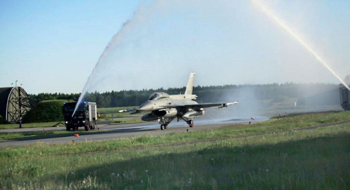 Salut wodny w podpoznanskich Krzesinach po ostatnim locie na F-16 Jastrzab. Fot. MON