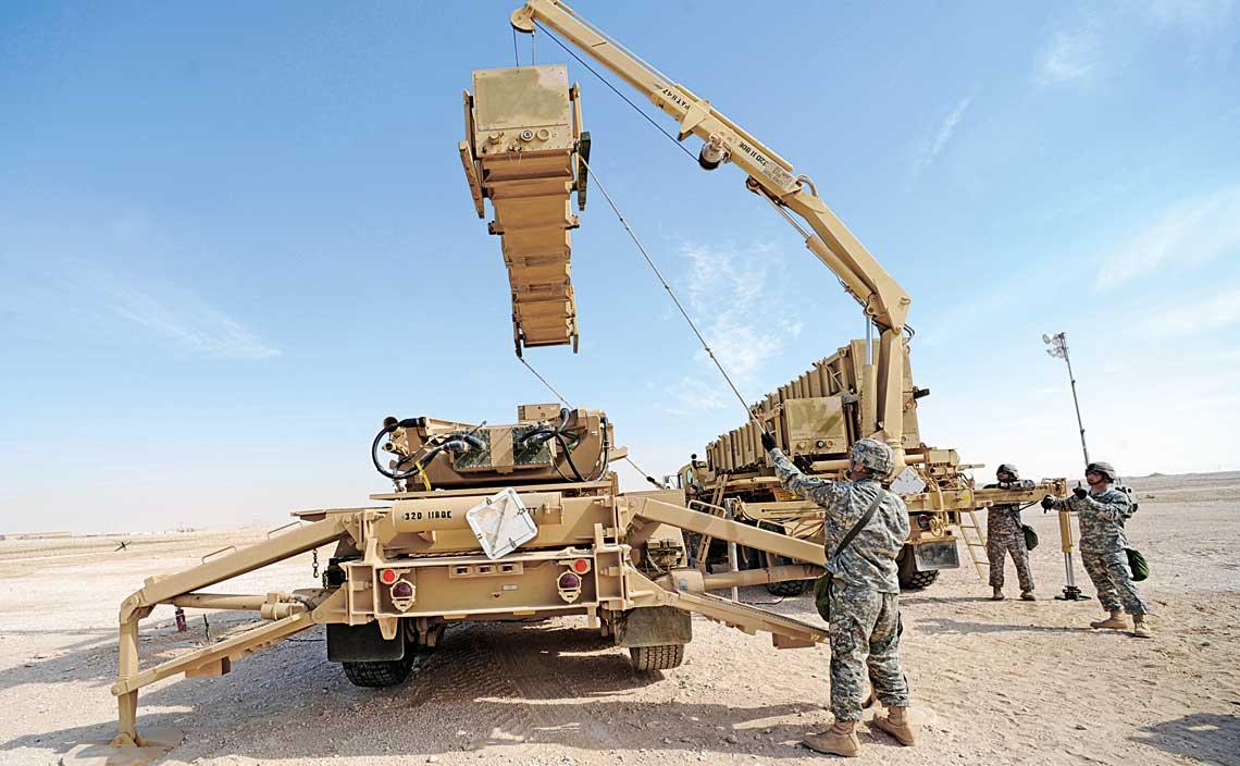 Przeladowanie pojemnika transportowo-startowego z pociskiem GEM-T z samochodu transportowo-zaladowczego M985 GMT na wyrzutnie M901 zestawu Patriot. Wkrotce podobne zadania w systemie Wisla bedzie realizowal STZ powstaly w Wojskowych Zakladach Uzbrojenia S.A. w Grudziadzu.