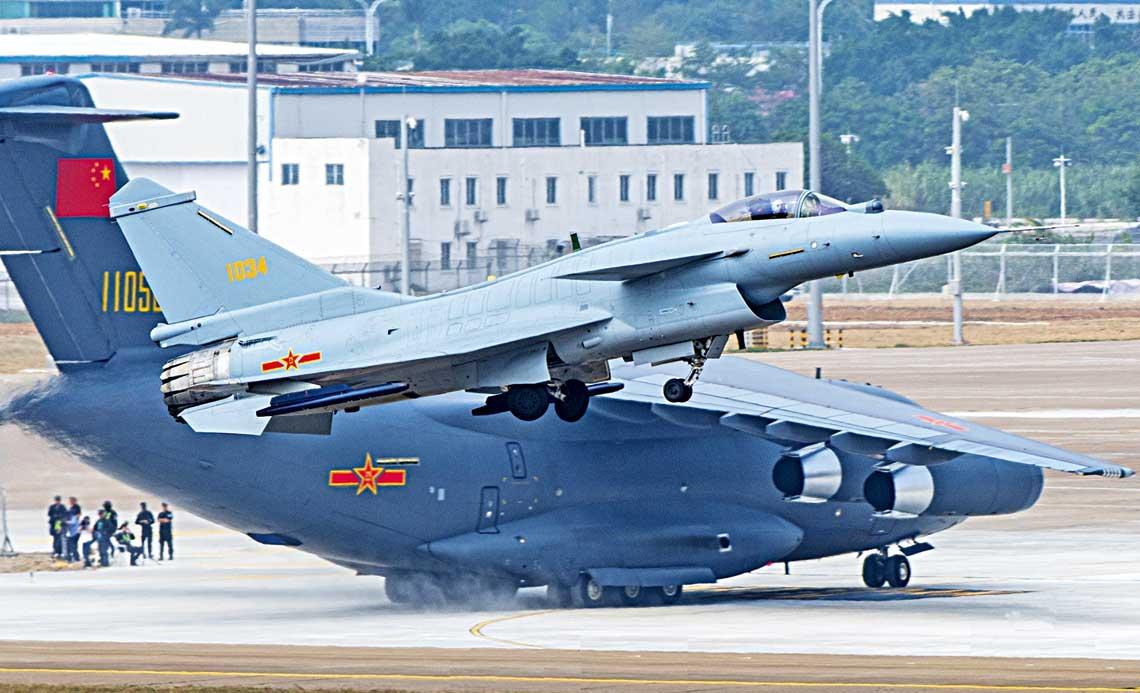 Mysliwiec J-10B startuje na tle transportowego Y-20.