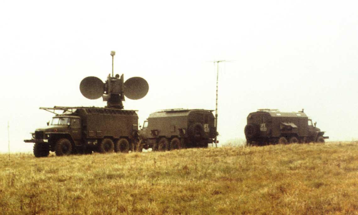 Komplet wyposazenia wchodzacego w sklad systemu zaklocen radiolokacyjnych SPN-30 na posterunku terenowym. Fot. zbiory Autora
