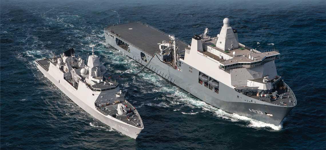 Fregata Tromp typu LCF uzupelnia paliwo z Doormana. Zwraca uwage poklad lotniczy o duzej powierzchni, maszty systemu RAS, zuraw, wneki burtowe na lodzie hybrydowe, barki desantowe i srodki ratunkowe.  Wiekszosc systemow  elektronicznych jest  skupiona na maszcie zintegrowanym.  Fot. Koninklijke Marine