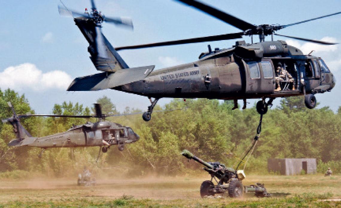 UH-60L startuja z podwieszonymi haubicami kal. 105 mm, podczas cwiczen  w Fort Drum w stanie Nowy Jork, 18 lipca 2012 r. Fot. US Army