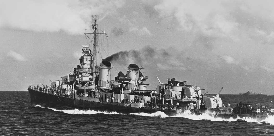 Niszczyciel USS Conway idacy z duza predkoscia podczas akcji na Pacyfiku. Fot. NHHC