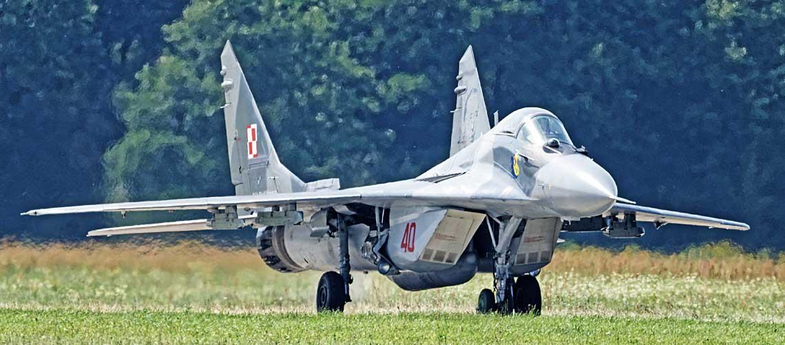 Samoloty MiG-29 sa eksploatowane wPolsce już niemal 30 lat, wtym czasie daly sie poznac jako niezawodny sprzet, umozliwiajacy wykonywanie wielu kategorii zadan bojowych wnarodowej isojuszniczej przestrzeni powietrznej. Fot. Miroslaw Wasielewski.