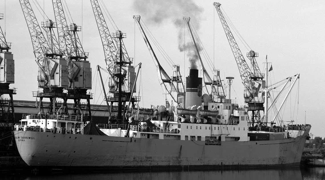 Jaroslaw Dabrowski w Alexandra Dock w porcie Hull, polowa 1975 r. Jeden z ostatnich rejsow statku. Dabrowski byl nie tylko ostatnim parowcem PLO, ale i jednym z ostatnich frachtowcow z silownia parowa opalana weglem kamiennym wchodzacym na Tamize. Choc do Londynu zawijal rzadko.