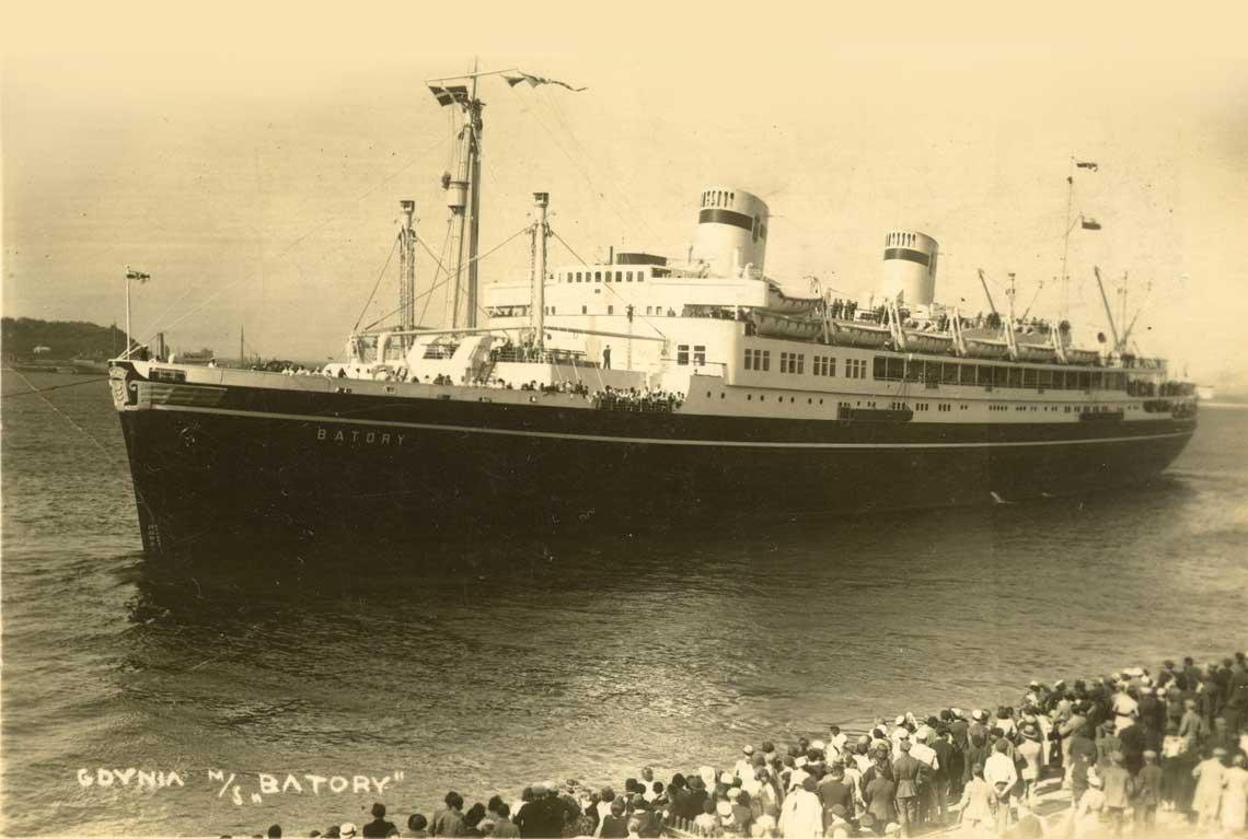 Przedwojenna sylwetka Batorego w calej okazalosci podczas wejscia do portu w Gdyni. Fot. zbiory Macieja Dabrowskiego