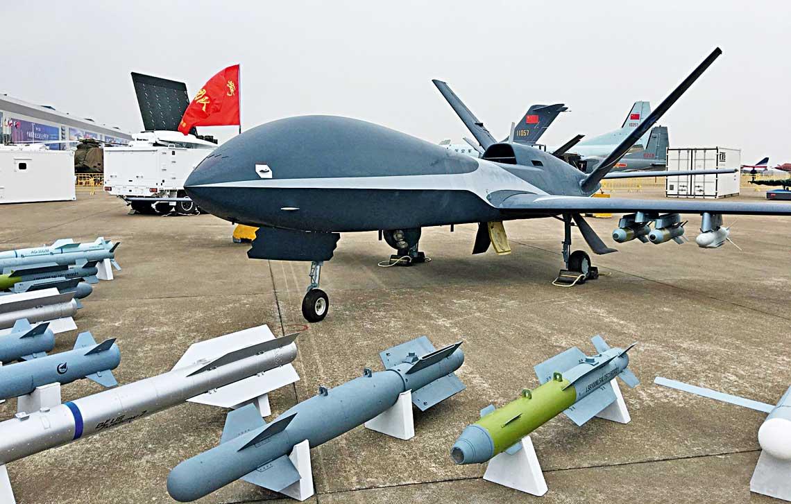 Bezzalogowiec klasy MALE AVIC/CAIG Cloud Shadow zbogatym zestawem uzbrojenia. To jeden zkilku chinskich odpowiednikow amerykanskiej maszyny MQ-9 Reaper oferowanych zagranicznym odbiorcom.