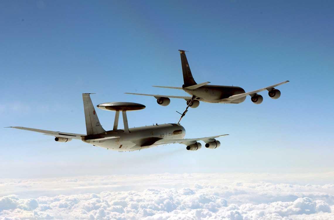 E-3 podczas zaopatrywania sie w dodatkowe paliwo w locie z amerykanskiego samolotu tankowania powietrznego Boeing KC-135 Stratotanker. Fot. NAPMA