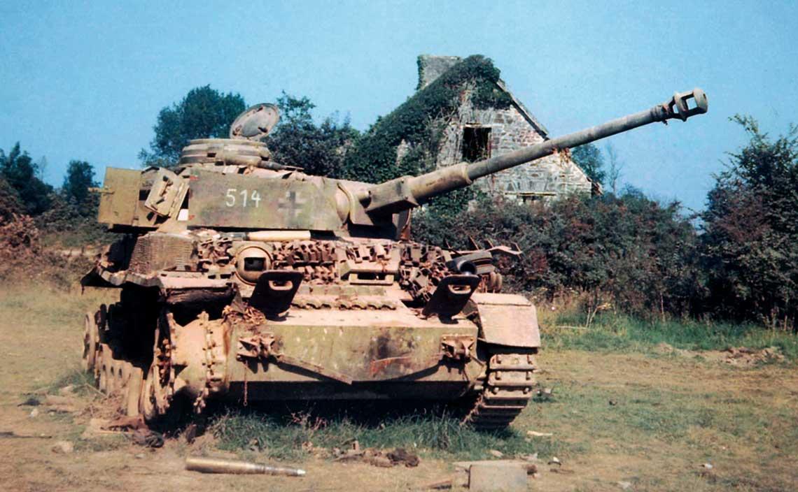 Koloryzowane wspolczesnie zdjecie zniszczonego niemieckiego czolgu Panzer IV, ktory pozostal po likwidacji kotla pod Falaise.