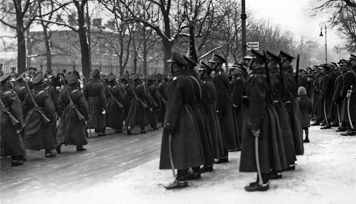 Defilada z okazji swieta pulkowego 1. pulku szwolezerow; 1932 r. Okragle czapki – angielki – nosili jedynie szwolezerowie oraz zolnierze Korpusu Ochrony Pogranicza.