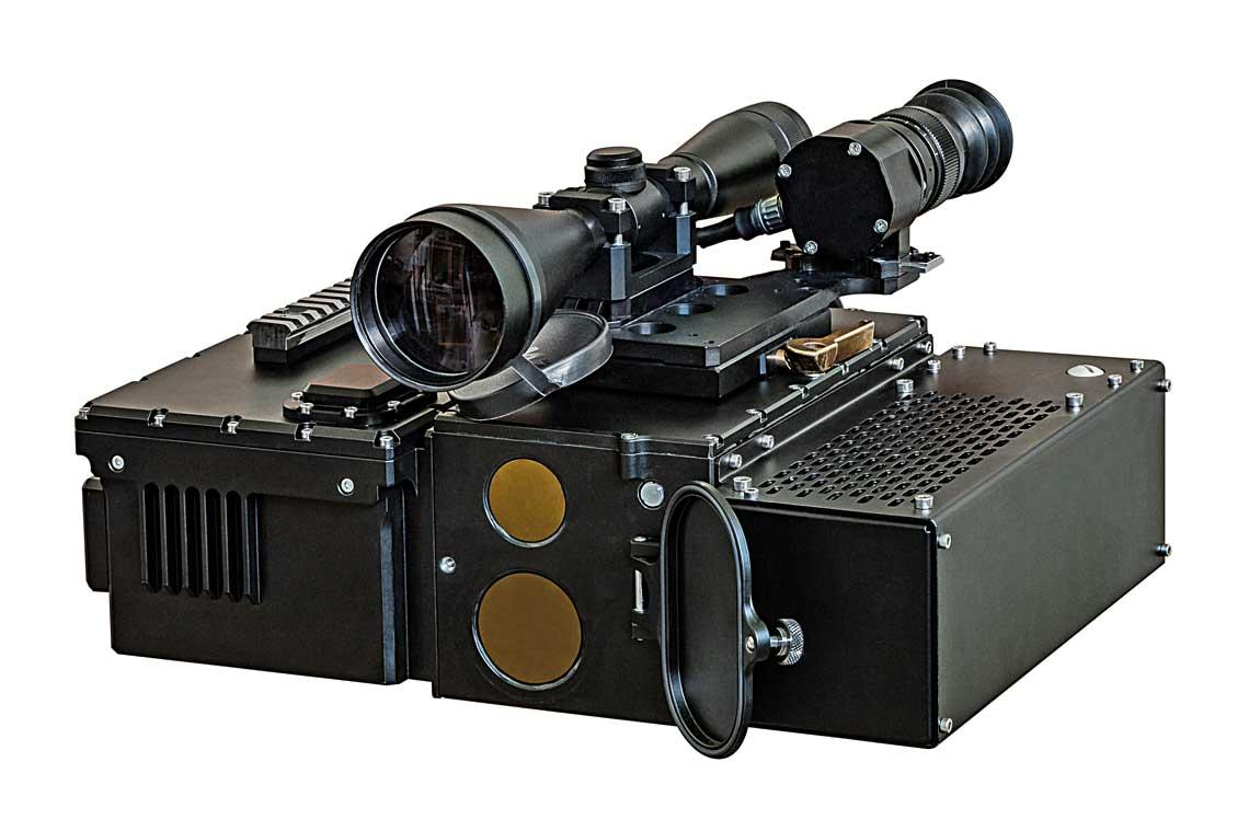 Laserowy dalmierz-podswietlacz celu LPC-1, w ktorym zastosowano opracowany przez CRW Telesystem-Mesko modul glowicy laserowej, tu wystepujący jako kluczowy zespol modulowego systemu dalmierza/oswietlacza laserowego MSD/O.