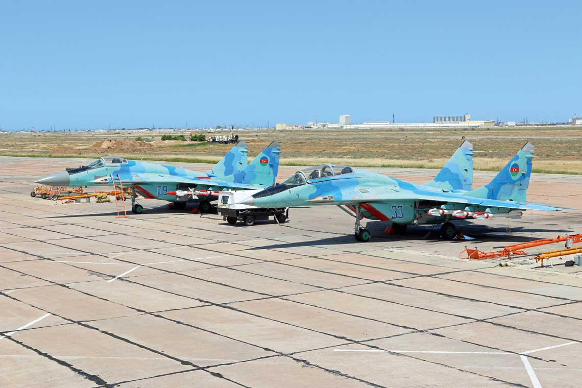 Samoloty mysliwskie MiG-29 azerbejdzanskich sil powietrznych pelnia dyzury bojowe w bazie lotniczej Tagijew od switu do zmroku kazdego dnia,  pozostajac w szesciominutowej gotowosci do startu.
