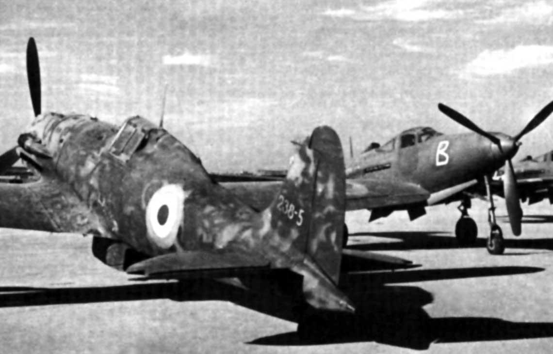 Dwa znaki czasow symbolizujace czas sojuszu z III Rzesza ialiantami – samolot mysliwski Macchi MC.202 stoi obok mysliwca P-39 Airacobra z 101. dywizjonu 5. pulku.