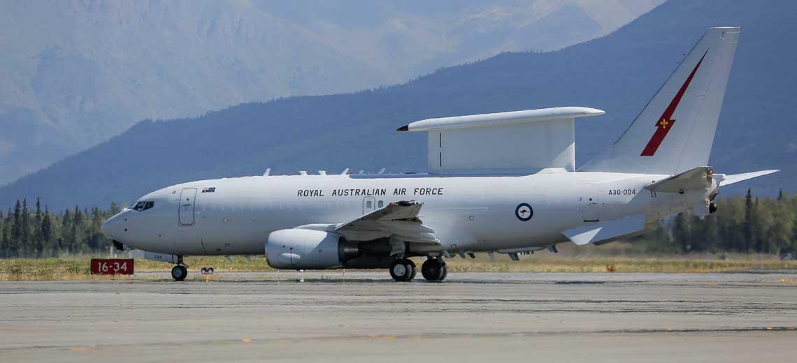"""Samolot E-7A Wedgetail przygotowuje sie do startu z bazy USAF JB Elmendorf-Richardson na Alasce podczas miedzynarodowych cwiczen lotniczych """"Red Flag-Alaska""""; 14 sierpnia 2015 r. Fot. USAF"""