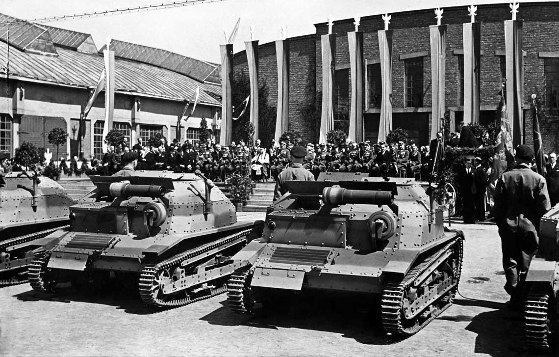 Uroczyste przekazanie czolgow TKS ufundowanych na rzecz armii przez pracownikow Panstwo-+wych Zakladow Inżynierii; maj 1938 r. W rzeczywistosci produkcja tego sprzetu zakosczyla sie rok wczesniej.