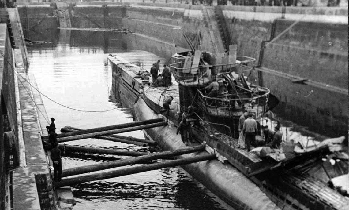 Koncowka wrzesnia 1944 r., Kronsztad. U 250, podniesiony niedawno z dna Zatoki Finskiej, na którym znalazl sie dwa miesiace wczesniej za sprawa MO-103, w suchym doku miejscowej bazy Floty Baltyckiej. Fot. Centralne Muzeum Wojennomorskie