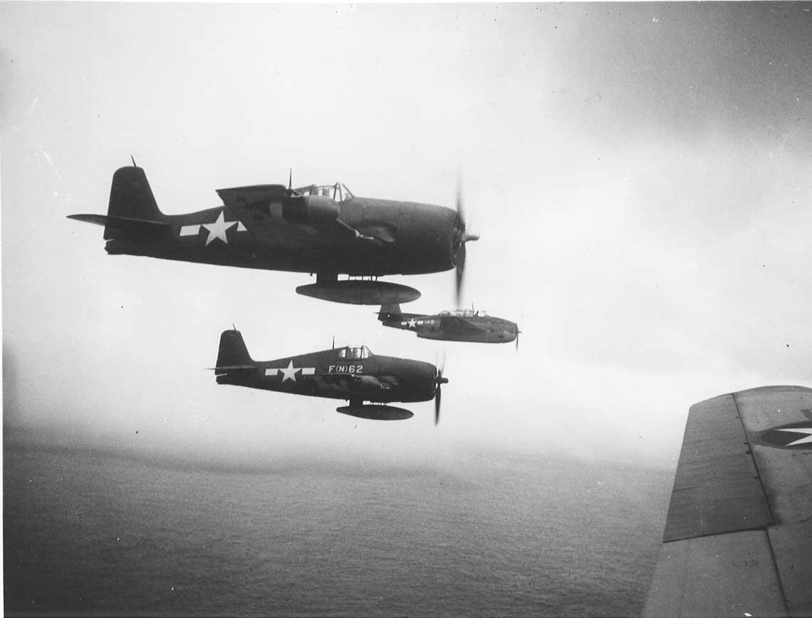 Samoloty mysliwskie Hellcat z VMF(N)-541 eskortuja bombowce torpedowe TBM-3 Avenger z VMTB-232, krotko po powrocie dywizjonu z Filipin na Peleliu w styczniu 1945 r.