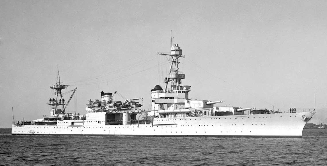 Krazownik ciezki USS Louisville na zdjeciu z 1939 lub 1940 r. juz z wodnosamolotami Curtiss SOC Seagull na katapultach, ktore zastapily Vought O3U Corsair.