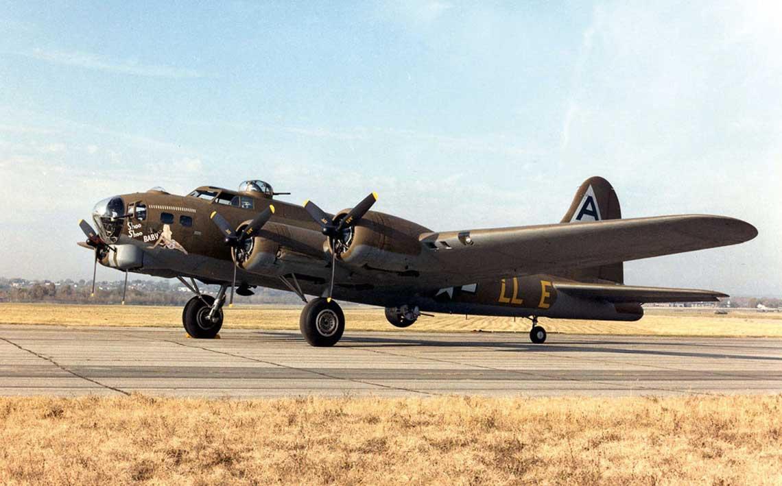 B-17 Flying Fortress stal sie symbolem potegi amerykanskiego strategicznego lotnictwa bombowego podczas II wojny swiatowej. Do lipca 1945 r. firmy Boeing, Vega (Lockheed) i Douglas wyprodukowaly w sumie 12 731 egz.