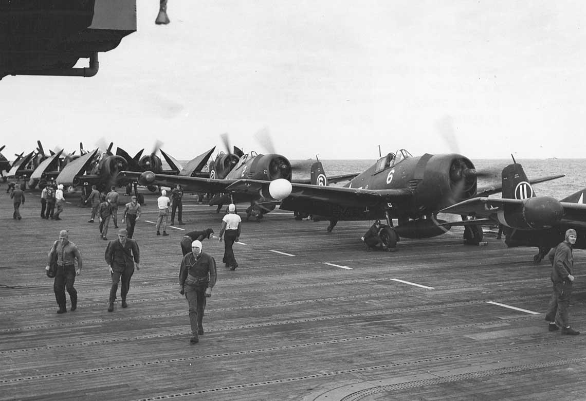 Hellcaty z VF(N)-41 grzeja silniki na pokladzie USS Independence; pazdziernik 1944 r.
