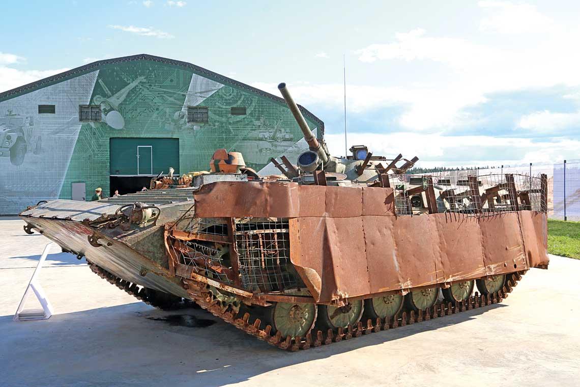 Bojowy woz piechoty BMP-1 z improwizowanym opancerzeniem dodatkowym, wykorzystywany przez bojownikow ugrupowania Dzabhat an-Nusra kontrolowanego przez Al-Kaide. Zostal zdobyty przez syryjskie wojska rzadowe we wrzesniu 2017 r. na polnoc od miasta Hama.