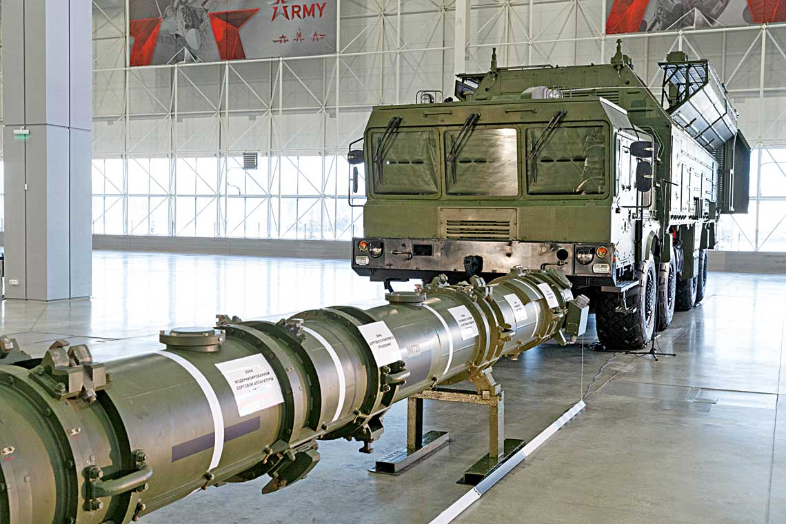 Glowni bohaterowie pokazu wParku Patriot 23 stycznia 2019 r. – pojemnik transportowo-startowy pocisku manewrującego 9M729 inowa samobiezna wyrzutnia systemu Iskander-M1 9P701 do czterech pociskow tego typu.