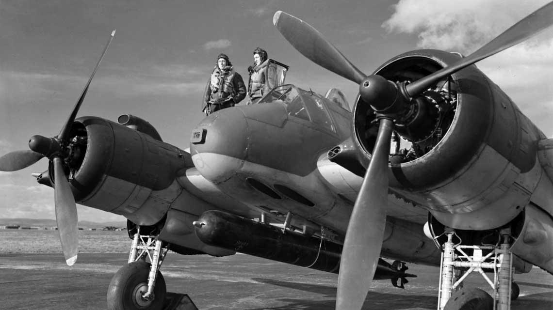 Beaufighter Mk VI (ITF) ze 144. Sqn RAF, uzbrojony wtorpede Mark XII. Dobrze widoczne stanowisko fotokarabinu w dziobie samolotu.