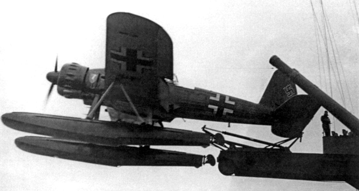 Ar 196 A-3, T3+IK podczas startu z katapulty pancernika Scharnhorst.