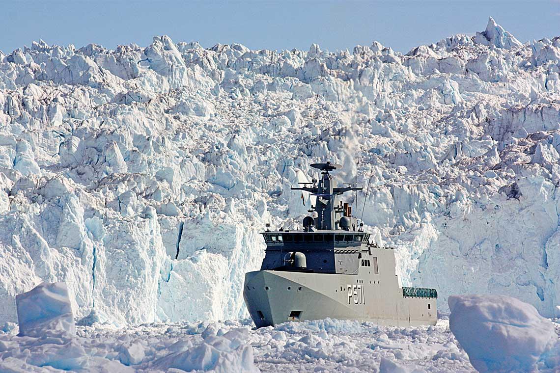 To nie fotomontaz. Wtakich warunkach wrejonie Grenlandii operuja dunskie patrolowce arktyczne zbudowane przy udziale polskich stoczni. Na zdjeciu Ejnar Mikkelsen.