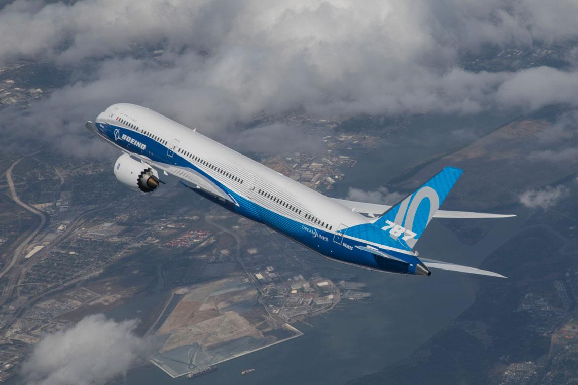 Model 787-10 to najnowsza wersja Dreamlinera – obecnie flagowego samolotu pasazerskiego Boeinga.  Do lipca 2018 r. Boeing zebral zamowienia na niemal 1400 egz. Dreamlinerow.