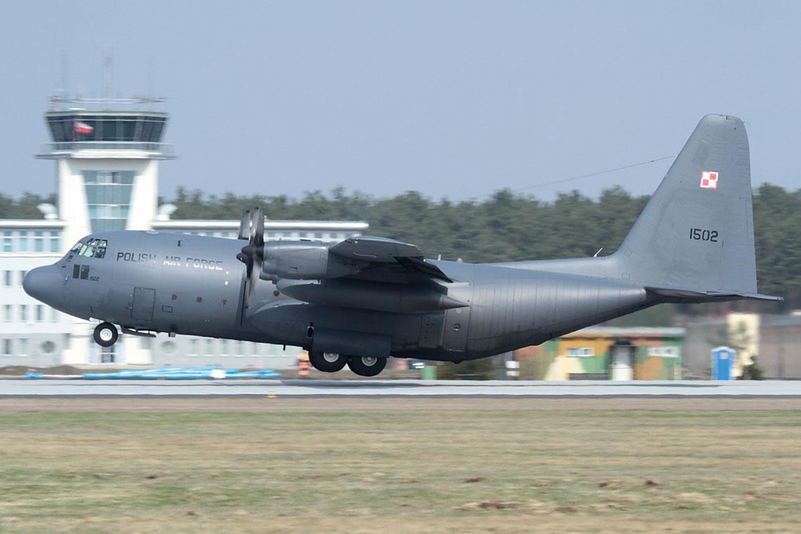 W sprowadzone ze Stanow Zjednoczonych samoloty C-130E Hercules wyposazono 14. eskadre lotnictwa transportowego w Powidzu. Ponadto eskadra dysponowala malymi samolotami M-28 Bryza. Fot. 3. SLTr