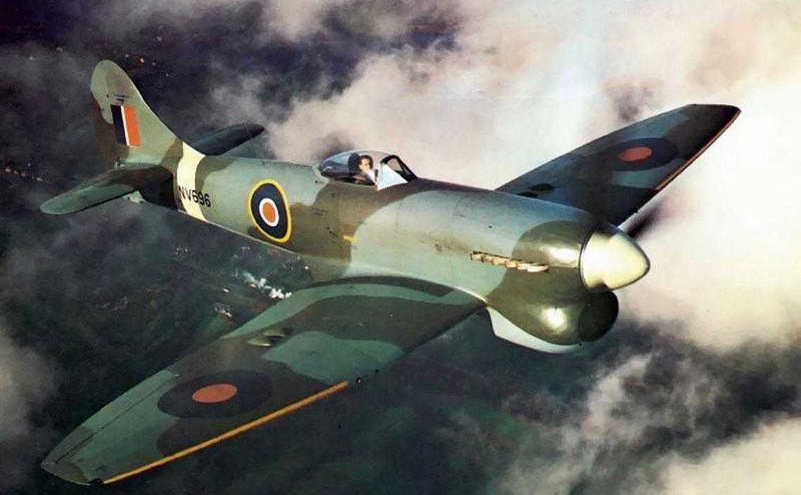 Tempest V Series II (NV696), podczas probnego lotu z fabryki Hawker Langley kolo  Slough, 25 listopada 1944 r. Samolot wszedl do sluzby w 222. Sqn RAF w nastepnym miesiacu.