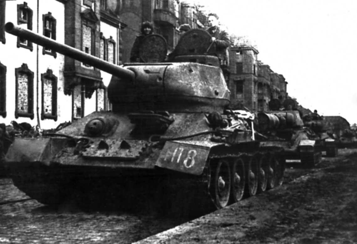 Czolgi srednie T-34-85 z sowieckiej 1. Brygady Pancernej Gwardii; Pomorze, 1945 r.