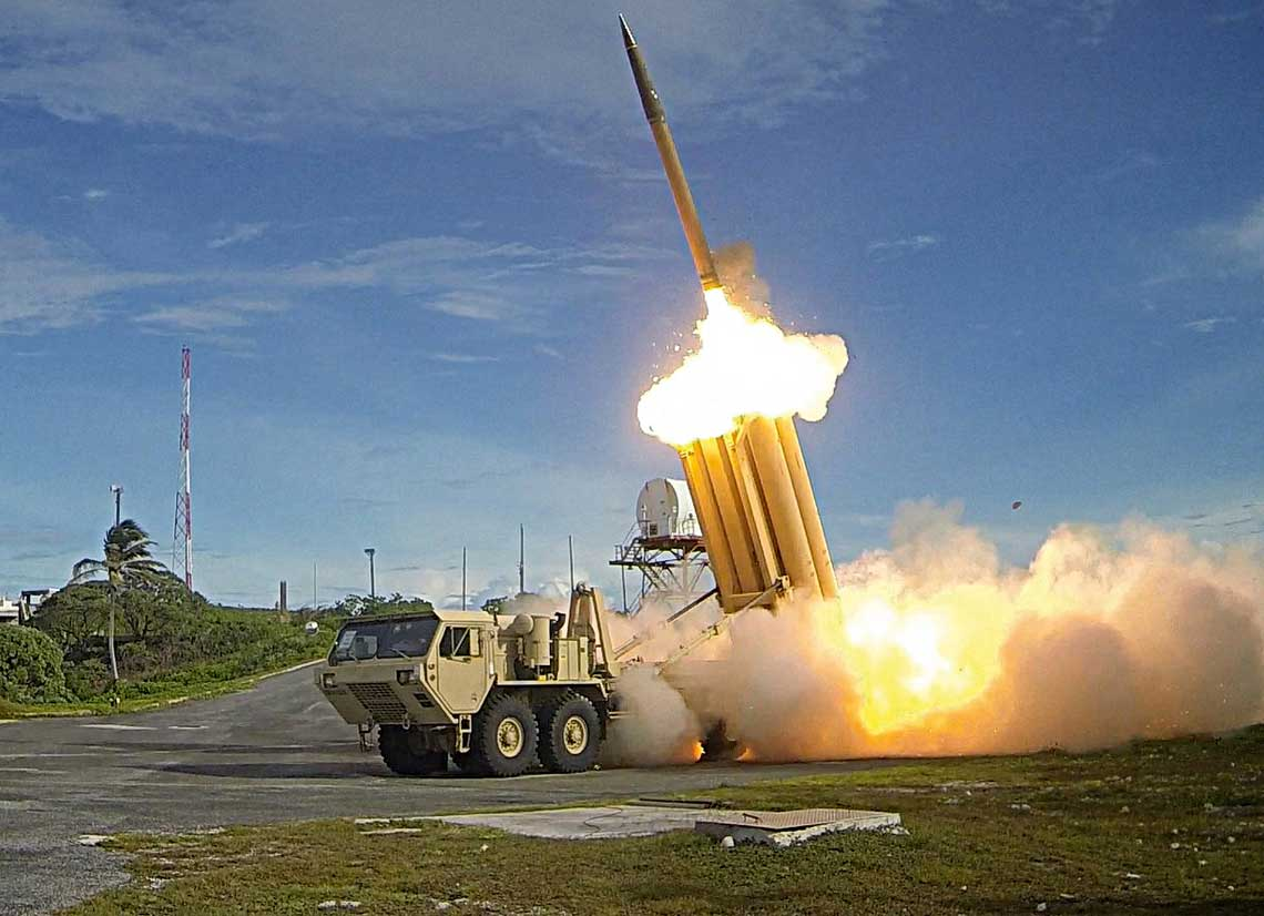 Wyrzutnia systemu THAAD podczas strzelania. System, wktorym Lockheed Martin dostarcza pociski, aRaytheon stacje radiolokacyjne AN/TPY-2 okazal sie udanym systemem opewnym potencjale eksportowym. Koniec traktatu INF/RSMD moze pomoc wsprzedazy THAAD-akolejnym panstwom.