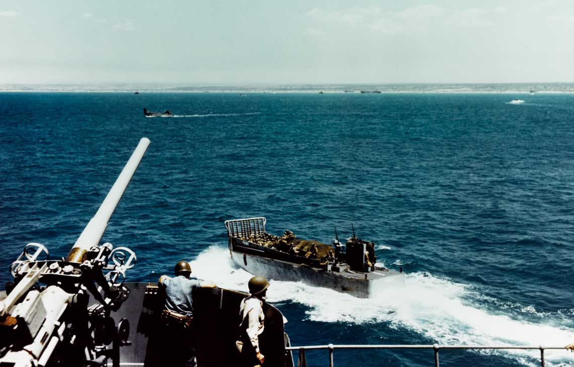 Wyladowana po brzegi barka desantowa typu LCM odbija odburty transportowca USS Leonard Wood, kierujac sie kuplazom Sycylii; 10 lipca 1943 r.