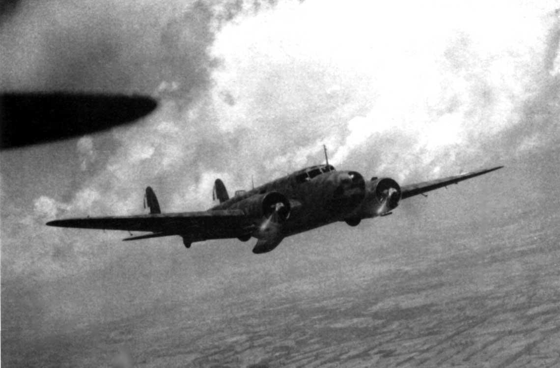 Bombowiec Fiat BR.20M Cicogna z 71. dywizjonu rozpoznawczego w locie nad Rosja latem 1942 r.