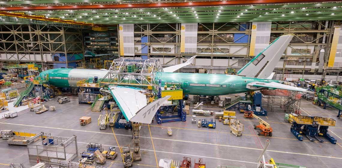 Prototyp samolotu nowej generacji Boeing 777-9X w trakcie montazu w zakladach w Everett. Fot. Boeing