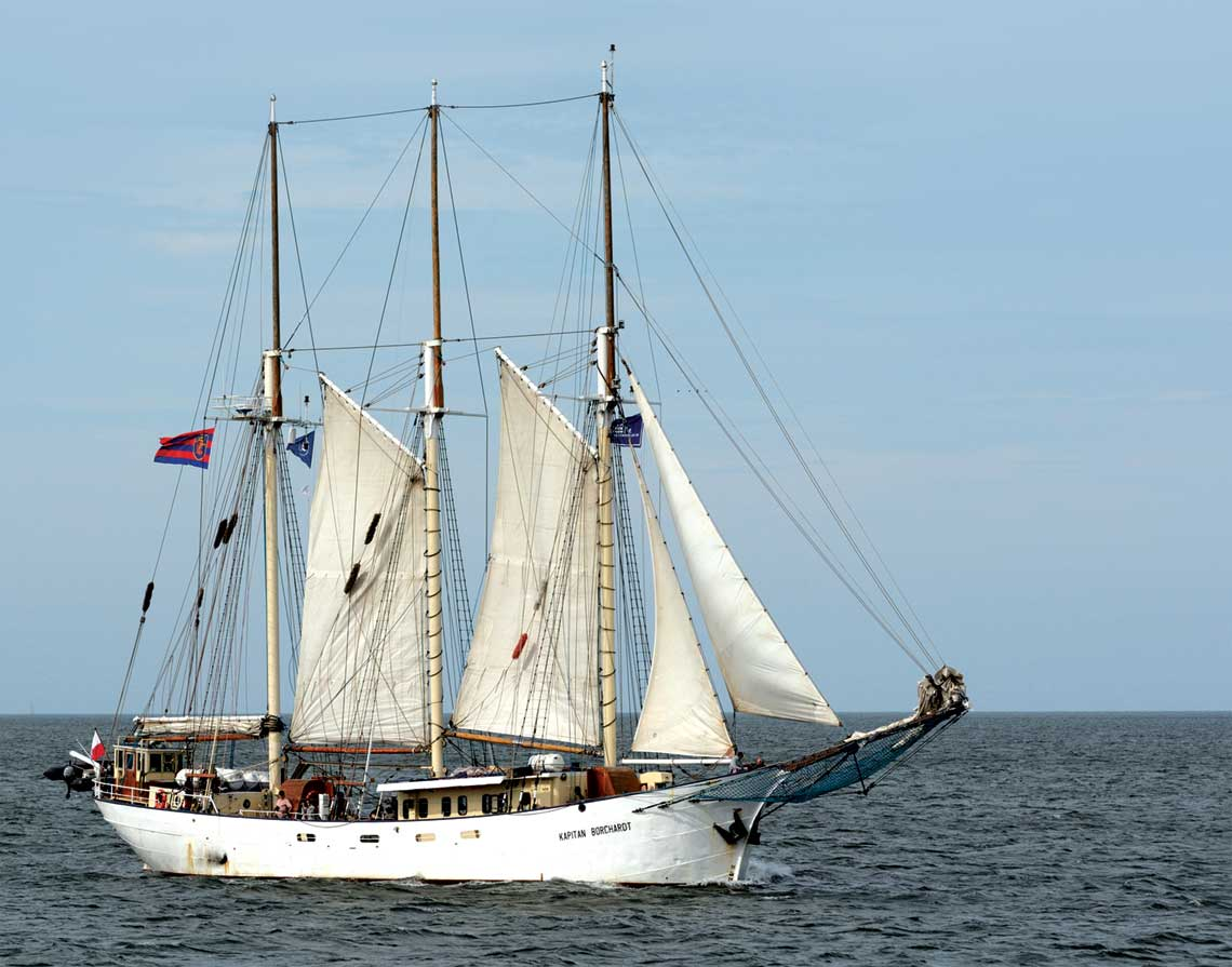 Kapitan Borchardt pod zaglami na Zatoce Pomorskiej.
