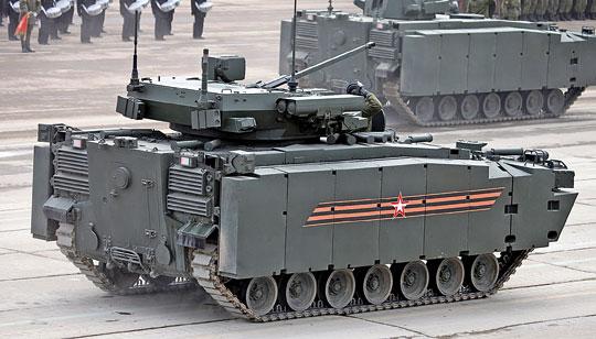 Kurganiec od tyłu. Tył wozu jest pozbawiony dodatkowego opancerzenia – to konfiguracja przewidziana dla transportera opancerzonego.